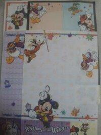 ディズニーのメモ帳について質問です。   このメモ帳はいつ頃発売されていたか分かる方いますか?   ピエロみたいな人が描かれています。    Rhythms of the WORLDと書いてあります。