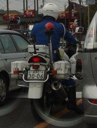 この白バイ隊員の行為は交通違反に当たりますか?