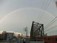 虹!!!!!! . 今日の18:30~19:00ころ、大阪ですが、 虹がくっきりと架かってました◎  皆さんのところでは見えましたか???   あと、写真が上手く撮れなくて、これでは分からないのですが、数分間、虹が二重に架かっていたのです! 濃いのが内側で、薄い虹が外側にもう一つ架かってました。 二重の虹って、どういう風に出来るのか、仕組みに詳しい人がいらしたら教えてください。