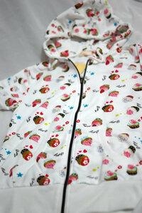 オススメの組み合わせ ケーキ柄のパーカ(下記の写真)の中にキャミソールを着ようと思います。  ピンク・水色・黄色のどれがオススメですか。  ボトムは、タイトのデニムのスカートです。   色もこのまま...