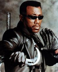 なぜみんな映画の中でサングラスをかけているのですか。  ターミネーターもマトリックスもメインインブラックもその他色々な最近の映画では主人公がサングラスをかけています。 なぜ俳優は顔を見せるのが商売な...
