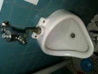 小便器トイレの詰りに関する質問です。尿石詰りと思いまして尿石除去剤投入したが詰りが全く治りません。カンツールを配管につっこもうと思ったんですが排水管が壁貫通で横引きになっており奥の方までつっこめません 自分としては高圧ジェットか何かで詰まり抜きしてみたいんですがなにか良い方法があれば教えてください。小便器の画像も参照させていただきます。