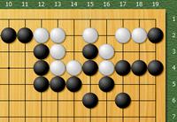 下図の詰碁の解答に疑問があります 日本棋院七段合格の死活問題17に載っている詰碁なのですが 「単純に狭めていくだけではなかなかうまくいきません。黒5手目がポイントです」 と問題に書いていて 解答には 黒17-3 白16-2 黒12-1 白13-1 の後5手目では15-5にツグと書いています  しかし15-5にツガなくとも18-1に撥ねたり(15-1に打ち込んだり) するくらい...