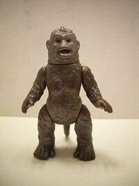 ソフビのおもちゃの価値について質問です。 「巨猿 ゴロー」のソフビだと思うのですが、祖父の家の引き出しに眠っていました。 この人形に価値はありますか? 分かる方が居ましたらどの程度の価値があるのか教...