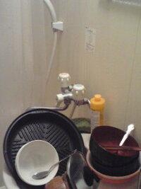 ユニットバスや普通の浴室で食器を洗う方はいらっしゃいますか? 僕は今の家に引っ越して4年くらいが経つのですが、一般的な1人暮らし用のワンルームの為、キッチンがとても狭いです。  食器や鍋、お玉などを洗...