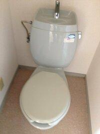 このトイレの型番??詳しくわかる方いらっしゃいますか?? 今度引っ越しをするアパートにウォシュレットが付いていないトイレがあります。そこのウォシュレットをつけたいのですが、なにが当てはまるのかさっぱ...