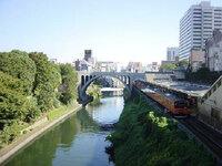 神田川の水深 神田川の水深を教えて下さい。 御茶ノ水駅付近で、 水の量は画像の時の場合です。  知っているかたは、おおまかでもいいので、 教えて下さい。  案外、深いのでしょうか?