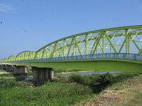 トラス橋について 橋の上に格子状の構築物がありますが、橋の構造で必要なのでしょうが、格子状の構築物で橋が重たくならないのでしょうか?  高速道路では、この構造はあまり使われてないですよね?  (-o-)/