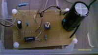 リウマチ治療器の自作に挑戦している者です。 http://www.dealextreme.com/p/high-powered-3w-infrared-ir-drop-in-module-for-wf-502b-style-flashlights-8-4v-12625(1) が先日着きましたので、製作しているのですが、三端子レギュタLM350 を使用して電圧は8.3V に固定しましたが、電...