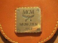 MCM 偽物? 先日古着屋さんでMCMのバッグを購入したのですが、  家に帰ってよく見てみるとなんだか偽物のように思えてきました。   本革は本革のようなのですが、ゴールドのタグというのでしょうか、  それが...