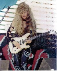このギターどこのブランドの物か教えてください。 ギターに詳しい方教えてください、ちなみに80年代のバンドです。 ↓映像 http://www.youtube.com/watch?v=mQOmDUnt8Hs&list=FLMs75v4dwOw46TkXABQlZpA&index=1&feature=plpp_video