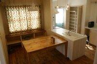 対面キッチンのダイニングテーブルの配置なんですが、画像のようにキッチンに付けるのと離しておくのはどちらがいいでしょうか。また、テーブルの天井にちょうど照明があるのが普通でしょうか。