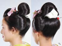新日本髪は大仰すぎますか? 結納で振袖を着ます。髪型を新日本髪にしたいのですが、大仰すぎるでしょうか? 母は「私の結納は新日本髪だった。昔は振袖と言えば新日本髪を結って、それが定番だったけれど、今は...