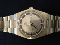 オメガの時計についてです。30年以上前亡くなった祖母のスイス土産の時計が出てきました。 自動巻の機械式です。試しにネジを巻いたところ、割に正確に時を刻んでくれています。ただ長針と短針が若干ずれてい...