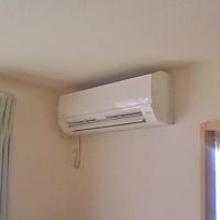 エアコン電気代は 1台を最強で使うのと 2台を普通以下で使うのとどちらの消費電力が少ない? 賃貸アパートで部屋の広さの割りに最も安いであろう小さめのエアコンなんで最近の  猛暑では今日も 常16度設定でやっ...