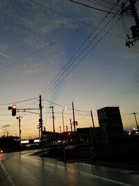 2012/9/15 18:00頃の写真です。 雨上がりの空。薄雲が西-東に一直線に切れていました。 自然災害の前兆とかなのでしょうか? おわかりになる方お願致します。