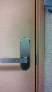 この写真のドアに鍵を付けたいんですが 100均の鍵では付けることが出来なくて… 簡単に取り付けのできる鍵があったら 教えてください 出来れば、URLも貼っていただけると助かります!!
