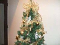クリスマスツリートップのリボンの作り方について 画像のようなクリスマスツリーのトップのリボンの作り方の サイトをご存じの方はおしえて頂けますか?  画像のようなのではなくても、素敵な大き目リボンの作...