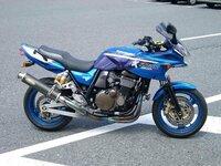 ヘルメットの色で悩んでいます。バイクは青です。 ZRX1200S(ハーフカウル・ツアラーかな?)のブルー/パープルを購入します。 同時にヘルメットを購入するのですが、色で悩んでいます。 購入予定のヘルメットはSHOEIのZ-6(単色)です。 以前は黒のバイクに、店頭で在庫処分していたグレーのZ-5を使っていました。 服装は黒いジャケットにジーンズです。   ・ホワイト ・ワイ...
