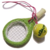 テニスラケット&テニスボールのストラップの作り方。  フェルトと針金で作るラケットの作り方、教えてください! 先輩にお守り風にあげたいとおもいまして(汗