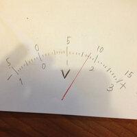 電圧計の目盛りの読み方について!!  電圧計の目盛りの読み方が、電流計よりもややこしくて理解できません! ; ;  なぜこれ(画像)が一端子300Vのとき170Vと読み、15Vのとき8.50Vと読み、  3Vのとき1.70Vと読むのですか   教えてください!!