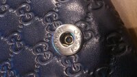 グッチの財布は修理可能でしょうか? 昨年に正規店で二つ折の長財布を購入したのですが、 パチンとなる財布のボタンが緩くなってしまいました。 ボタンを目視で確認した所、凹の部分が壊れたしまった様子です。...