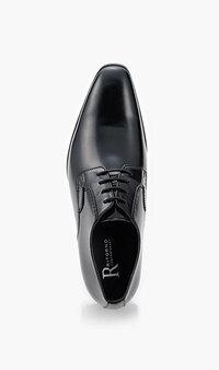 就職活動(就活)の靴について質問です。 企業説明会が近づいてきたため、とりあえず入学式のために購入した革靴を引っ張り出しました。  家族はこれで良いとのことでしたが、私にはどうみても尖った靴に見える...