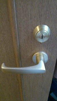内開きのドアに外から鍵を掛けられるようにするにはどうすればいいでしょうか? 部屋の中からは鍵を掛けられるなっているのですが、私の外出中に同居人が私の部屋に勝手に入れないようにしたいです。なるべく低予...