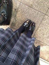 スカートの上手な折り方を教えてください!! 膝とももの付け根の間ぐらいの長さにしたいです私立の高校なので膝したでクソ長いです。泣泣 お願いします!!(T_T)