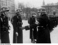 女子高生です。  ナチスドイツのSSの軍服から 東西ドイツの秘密警察の軍服まで 何でドイツの軍服はかっこいいと思いますか?  デザイナーが同じとか?  ゆい