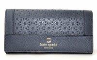 60代母親へのプレゼントとして、kate spadeの財布は客観的に見てどう思いますか? この写真の財布を考えていますが、同年代の友人と食事の会計で恥ずかしい思いをするのではと少々不安です。ご意見をお願いします。 長く使える財布をリクエストされています。  最初はシンプルで材質の良い革製品を考えていましたが、 性格的にあまりシンプルなものが好きではありません。 ですので、あまり同年...