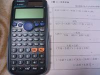 関数電卓の答を分数から少数に変える方法ってありますか? (2)も(4)も分数でしか答が出ません。 この関数電卓だとどうすればでますか? 習ってないのに宿題が出てて分かりません^^; 教えて下さい! 工業高校1年女子です。