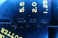 110型カプラー用端子のかしめ型。 110型カプラー用端子をかしめるとき、かしめがきれいになりません。みなさんは添付画像の電工ペンチのどの部分でかしめていますか?特に被覆部をかしめる部分がうまくいきません。