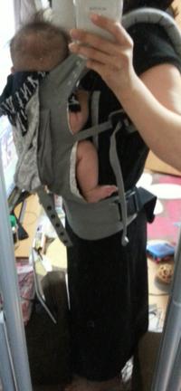 【画像あり】エルゴの付け方あってますか? 赤ちゃんの頭と私の胸の間に隙間があります。  不安なのですが、これで大丈夫でしょうか?