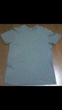 ラルフローレンのTシャツについて 普通左胸に刺繍があるイメージなのですが、 この腰もと??に刺繍があるのは 偽物でしょうか??