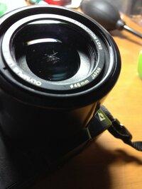 カメラのレンズの外し方についてです!  OLYMPUSのフィルムカメラなのですが、レンズのなかにゴミが入っていて取り出せません。 どうしたらいいのでしょう。  解体できる方法があれば教え てほしいです!