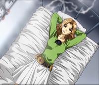 女性に質問です。  某アニメで薄い茶髪の女の子が自分の部屋のベッドの上で仰向けのまま両手を頭の後ろに組みながらタバコを吸ってますが、この態勢って非常に疲れると思いませんか?