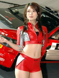 キャンギャルなのかレースクイーンなのかコンパニオンなのか分かりませんが画像の女の子の名前教えて下さい。三菱モーターズの子です。 車に2005とあるので2005年どっかで開催されたモーターショーかなと思います...