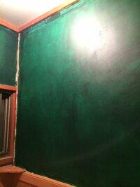 ペンキ塗り後の色ムラについて 築40年の民家の改装を個人でしています。 トイレの砂壁を落とし、 シーラー処理後、 凸凹をパテにて埋めました。 乾燥後にペンキを塗りましたが画像のように 色ムラがすごいの...