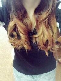 この髪型の金髪の部分を隠す髪型なにかないですか? こくさいをちょっと振るのでもかまわないのでなるべく見えない髪型知ってる方回答お願いします。