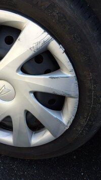 ニッポンレンタカーのホイールカバーに傷をつけてしまいました。  先日、自車で事故を起こしてしまい、修理する間、保険代理店さんが全て手続きをとって代車としてニッポンレンタカーの車を用 意してくれました...