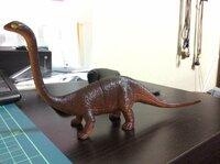 この恐竜の名前はなんでしょうか。首が長くてスラッとしてます。 100均で買いましたが名前は書いてませんでした。