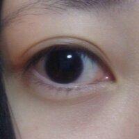 この目は蒙古ひだがあるんでしょうか?  以前、友人に「貴方の目は涙丘が見えていていいね」と言われました。  そこで検索したところ蒙古ひだと言う言葉で出てきました。  自分では良く分か らないのでよろし...