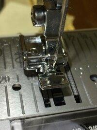 ミシンのファスナー押さえを使ってますが ファスナーの左側を縫うために、ファスナー押さの右側を押さえホルダーにはめたのですが 針が押さえに当たってしまい、針を動かすことができません。 どうすればいいの...