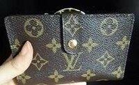ヴィトンのモノグラムのがま口二つ折り財布のシリアルナンバーってどこに印字されてますか? 直営店で購入した本物でレシートももっていて ナンバーもわかっていますが シリアルナンバーは財布自体にも 印字されているのかと思って探したのですが みつからないのでどこにあるのか気になってます。 教えていただけると助かります。 よろしくお願い致します。