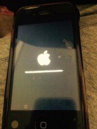iPhone4Sをアップデートしたら、2時間近くアップルマークがついたまんまで動きません。 電源ボタンをしても動かないです。