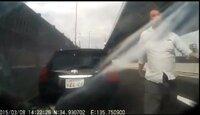 ドライブレコーダーの事故・危険運転のビデオで沢山出てくる中で見つけた2015年3月8日に起こったバイクとトヨタ車(66-64)のトラブル。 トヨタ車に乗った危険運転をした関西弁の男がバイクの男を殴ったようなんで...