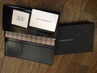 バーバリーの財布をメルカリで購入しました。 本革ではありませんでした。 本革以外で正規品の長財布はあるのでしょうか?
