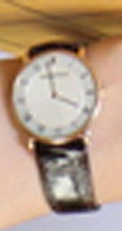この時計のメーカーと製品名の分かる方が いらっしゃいましたら、教えてください。 大きな写真がなく、見辛くて、すみません。