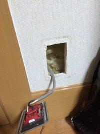 コンセントを壁からとったのですが、ネジが閉まらずコンセントがつけられません。 どうしたらネジを閉めることができますか?  よろしくおねがいします。
